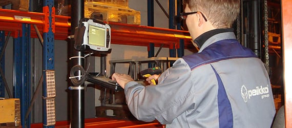Truck driver uses Handheld Algiz 7 for warehouse asset tracking