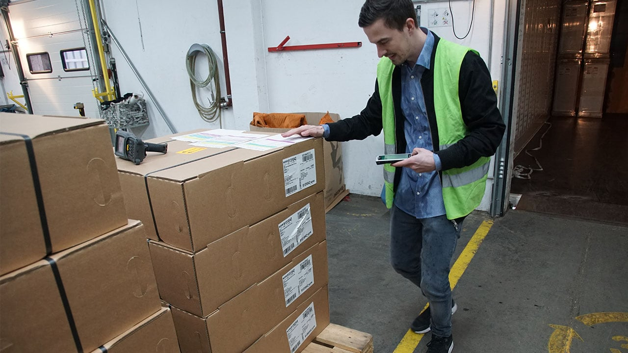 Logistic worker scanning boxes with Handheld Nautiz X2