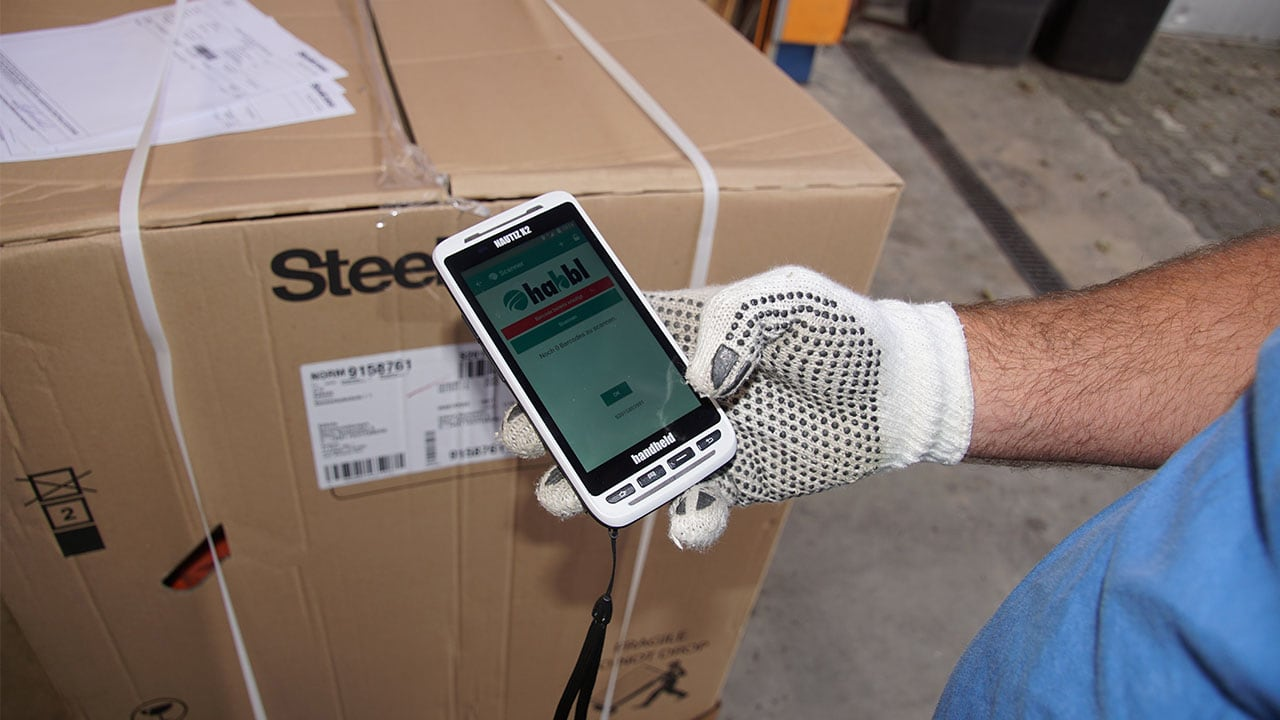 Logistic worker uses the Handheld Nautiz X2