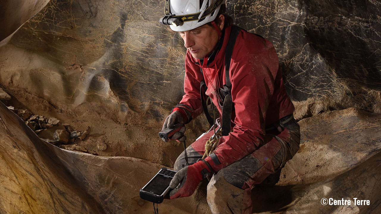 Cave diver using the Handheld Nautiz X8 inside of a cave