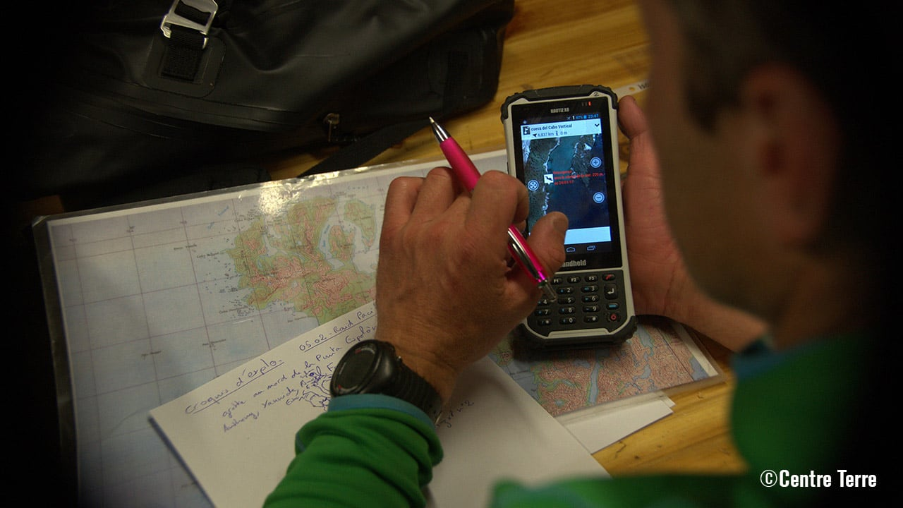 Performing navigation tasks with the Handheld Nautiz X8