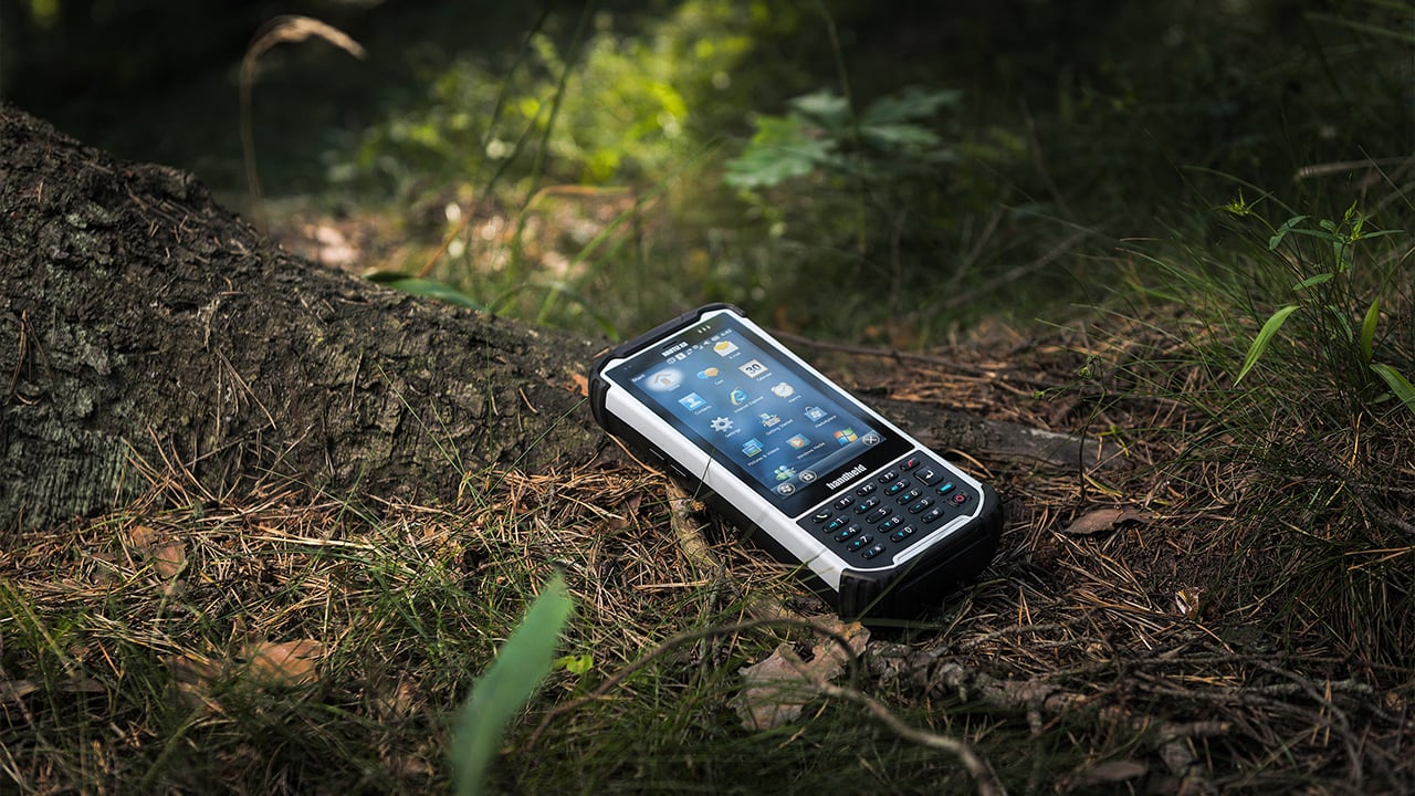 Handheld Nautiz X8 in forest environment