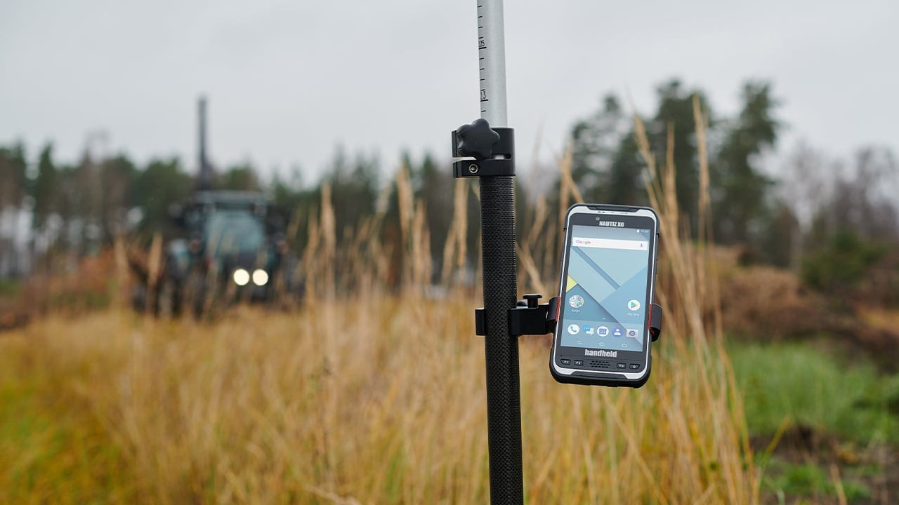 handheld nautiz x6 in on pole mount
